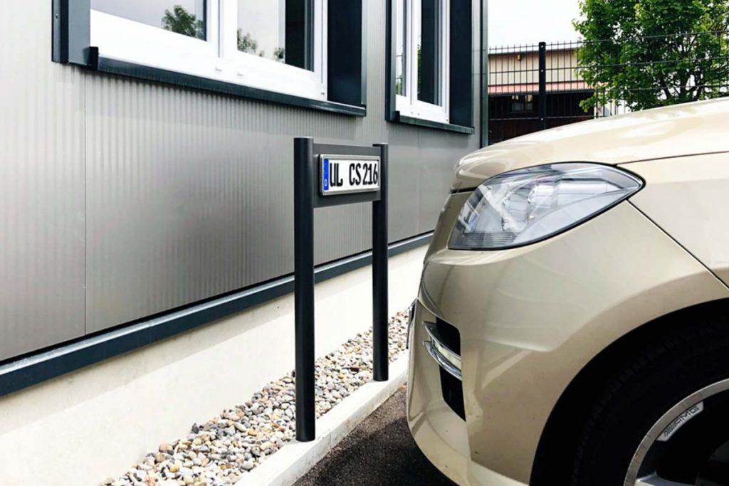Parkplatzschilder Design von ParkSign, edel, hochwertig, exklusiv mit geprägten Schild und Edelstahl Rahmen poliert mit runden Profilen zum verschrauben unsichtbar der Parkplatzschilder