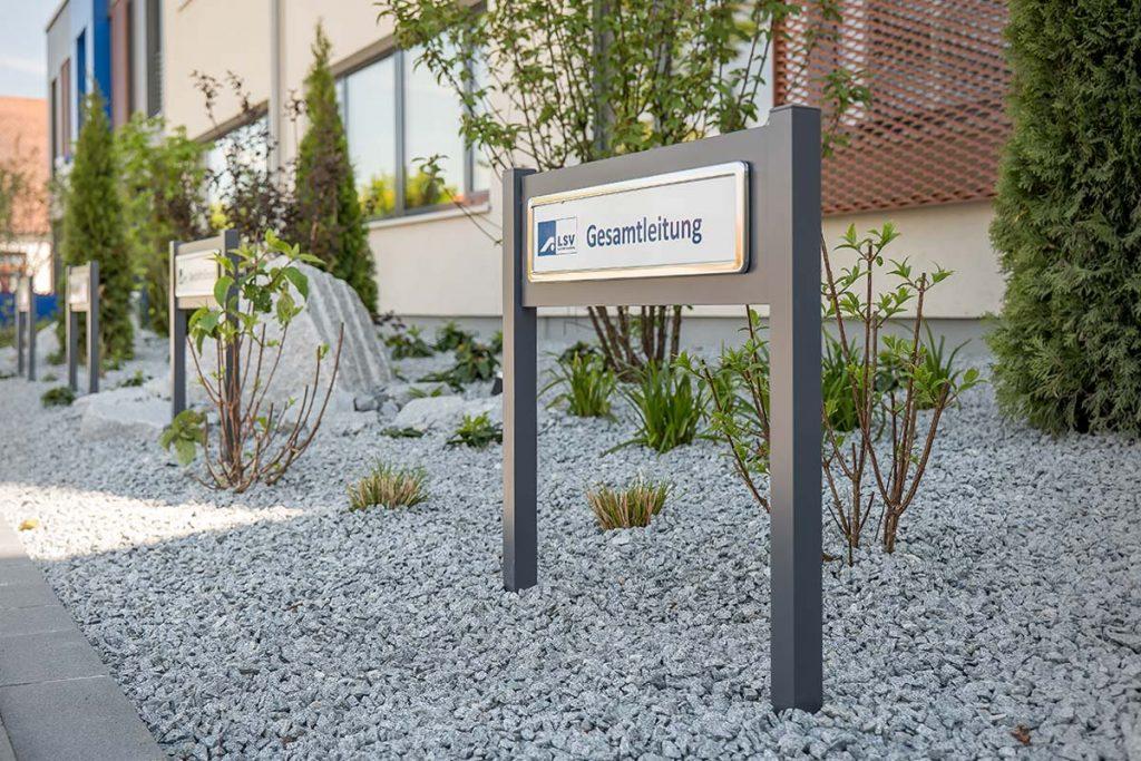 Parkplatzschilder ParkSign aus Aluminium pulverbeschichtet nach RAL oder DB Farbtonkarte mit hochwertiger Folierung mit Vierkant-Profile zum einbetonierenden Parkplatzschilder