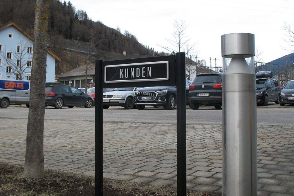Parkplatzschild ParkSign aus Aluminium pulverbeschichtet nach RAL oder DB Farbtonkarte mit hochwertiger Folierung mit runden Pfosten zum einbetonierenden Parkplatzschild