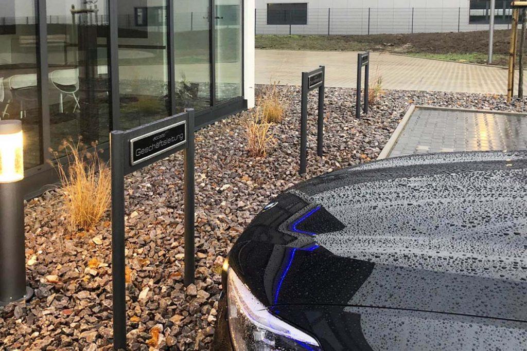 Parkplatz Fuhrpark Schilder von ParkSign aus Aluminium pulverbeschichtet nach RAL oder DB Farbtonkarte mit hochwertiger Folierung mit runden Pfosten zum einbetonierenden Fuhrpark Parkplatzschild Parkplatz