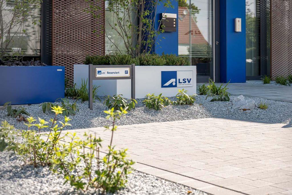 Parkplatzschild ParkSign aus Aluminium pulverbeschichtet nach RAL oder DB Farbtonkarte für Fuhrpark oder Geschäftsleitung mit hochwertigen Edelstahlrahmen mit Clipsystem zum einbetonierenden Parkplatzschild