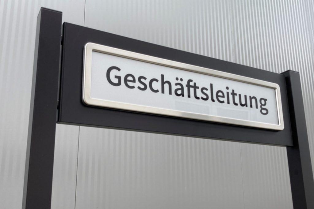 Parkplatzschild ParkSign aus Aluminium pulverbeschichtet nach RAL oder DB Farbtonkarte mit hochwertiger Beschriftung Acrylglas foliert zum einbetonierenden Parkplatzschild